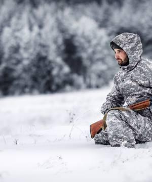 cacciatore sulla neve